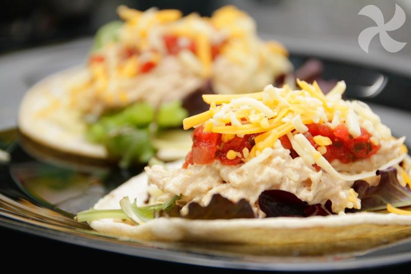 Tacos De Pollo Y Hummus De Aguacate Con Salsa Ranchera Mexicana