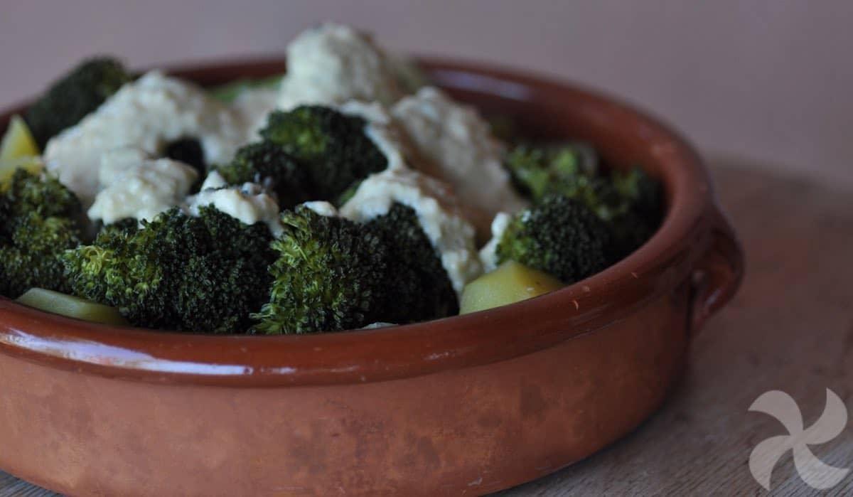 Brócoli con salsa de ajo y garbanzos