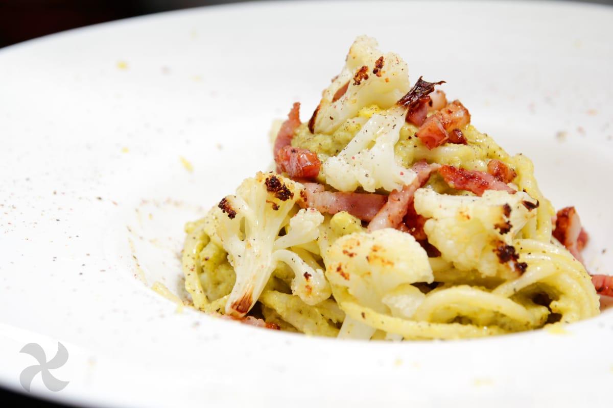 Espaguetis con bacon y pesto de coliflor asada