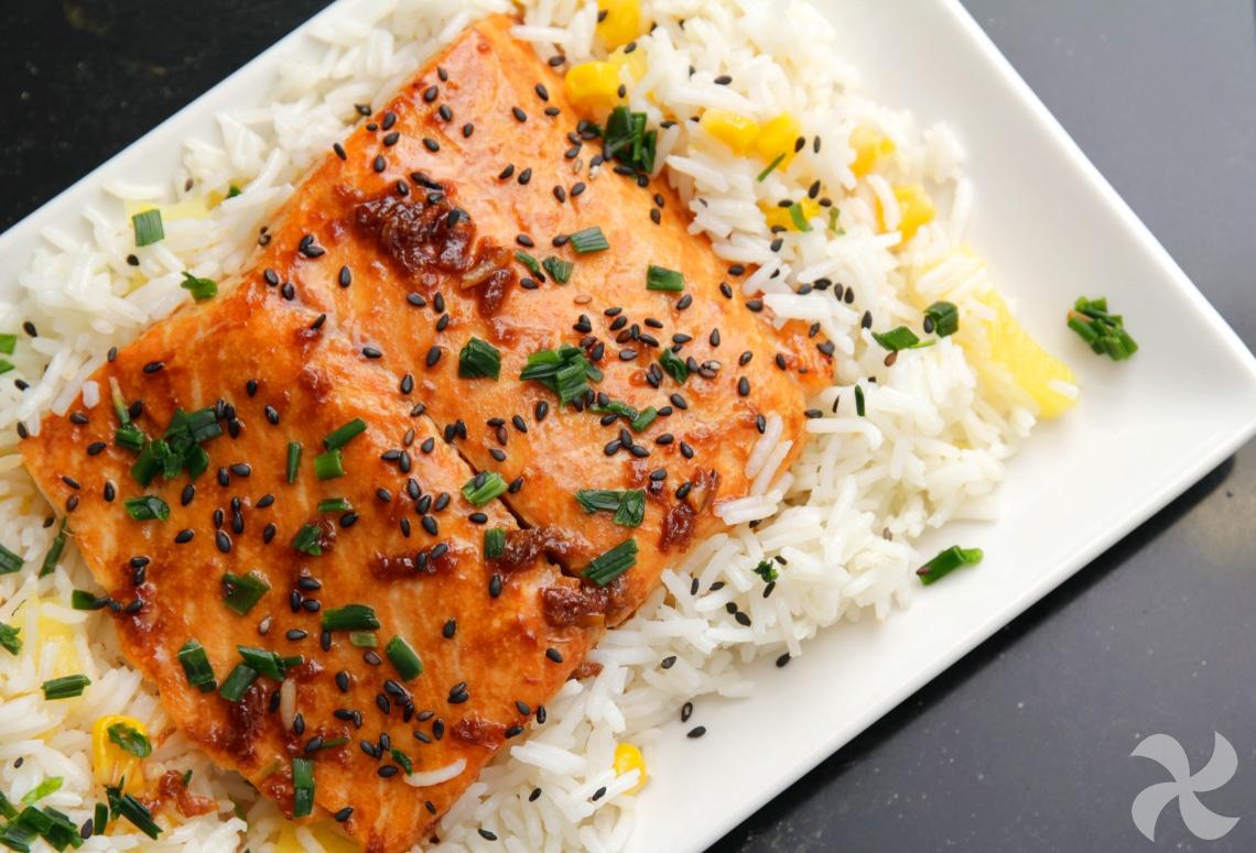 Salmón glaseado con soja y arroz con piña2