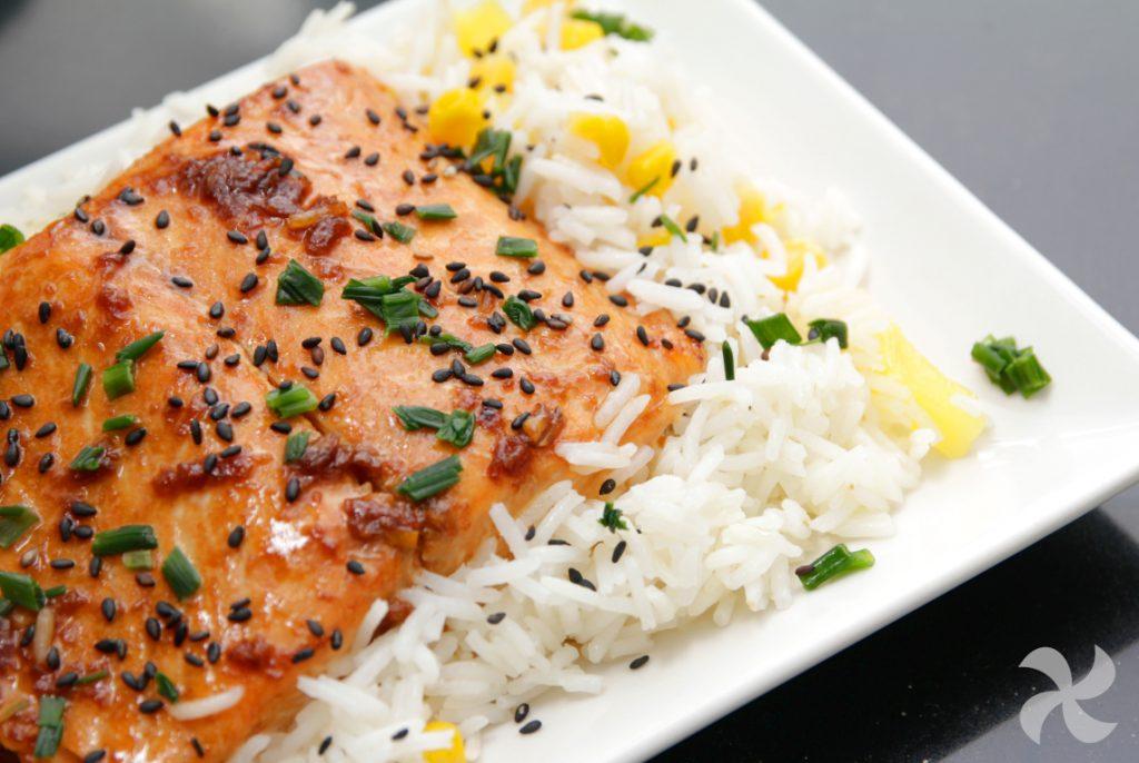 Salmón glaseado con soja y arroz con piña3