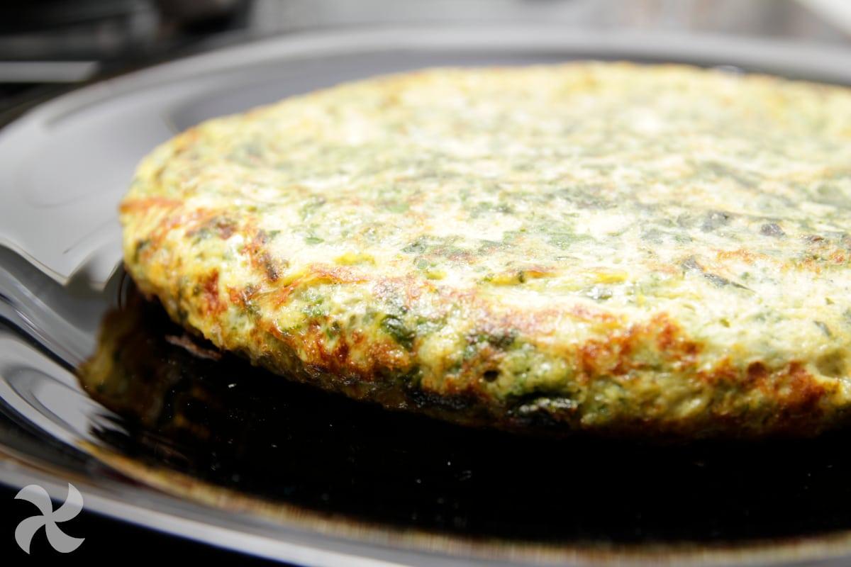 Tortilla de acelgas rellena de jamón serrano, tomate y queso