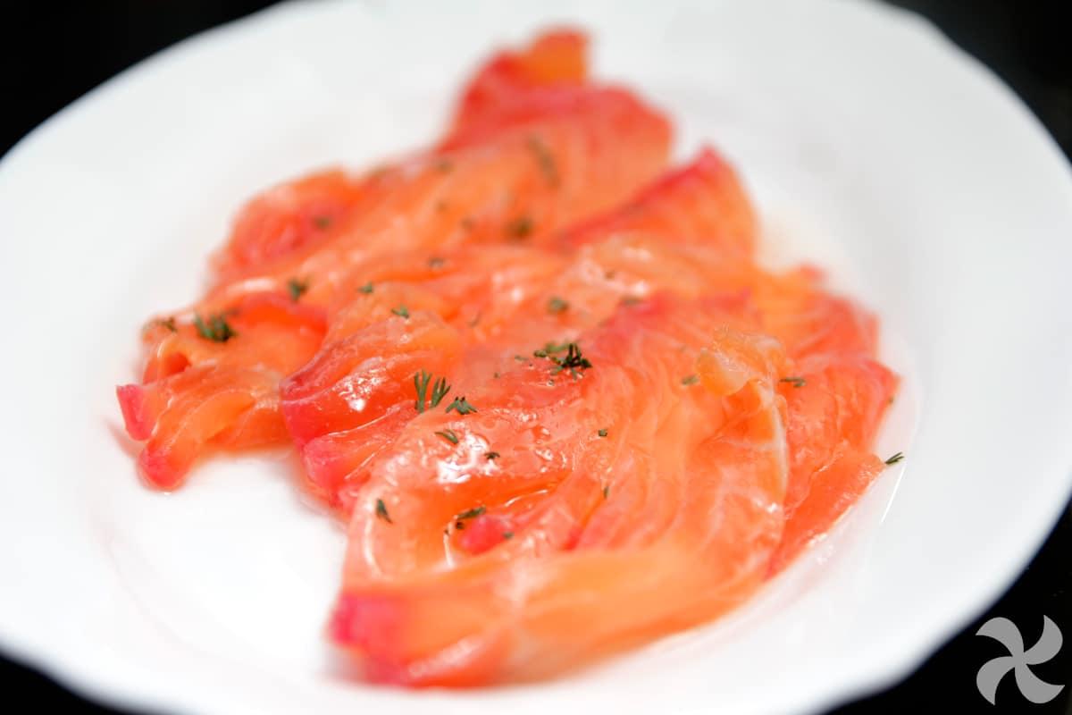 Salmón marinado con remolacha y eneldo