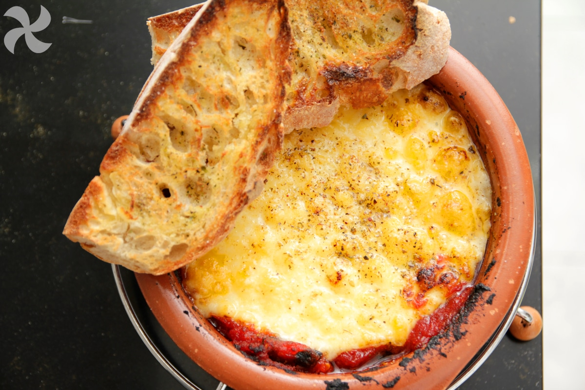 Queso provolone alla pizzaiola con pan de ajo2