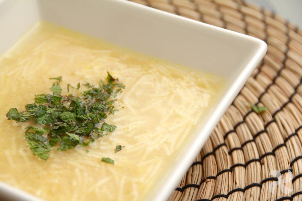 sopa de fideos con hierbabuena