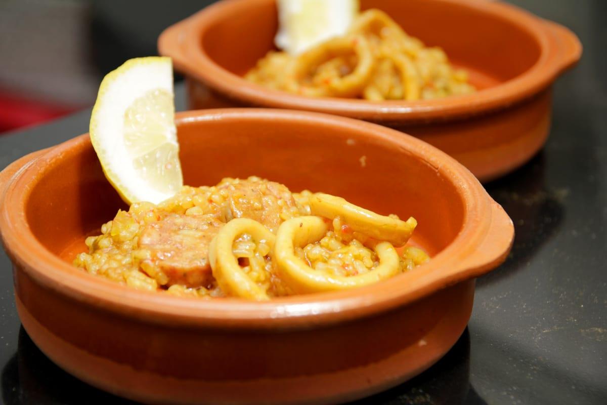 arroz mediterráneo con marisco y chorizo criollo