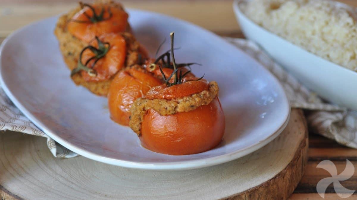 Tomates rellenos sabor mediterráneo con guarnición de arroz