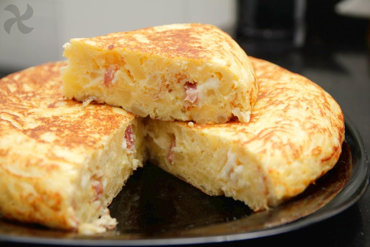 Tortilla de patatas rellena de bacon y mozzarella