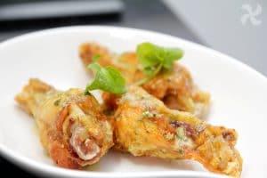 Alitas de pollo fritas con aliño de limón, ajo y perejil
