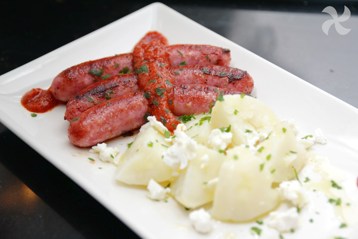 Salchichas con salsa agridulce con patatas y migas de queso de cabra3