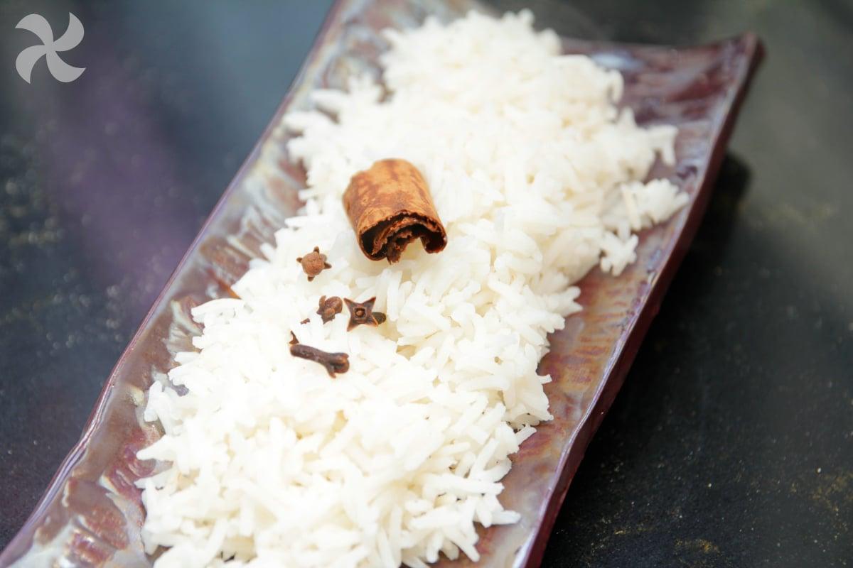 Arroz basmati aromatizado con canela y clavo2