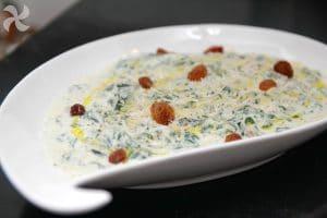 Espinacas frescas con yogur griego y pasas2