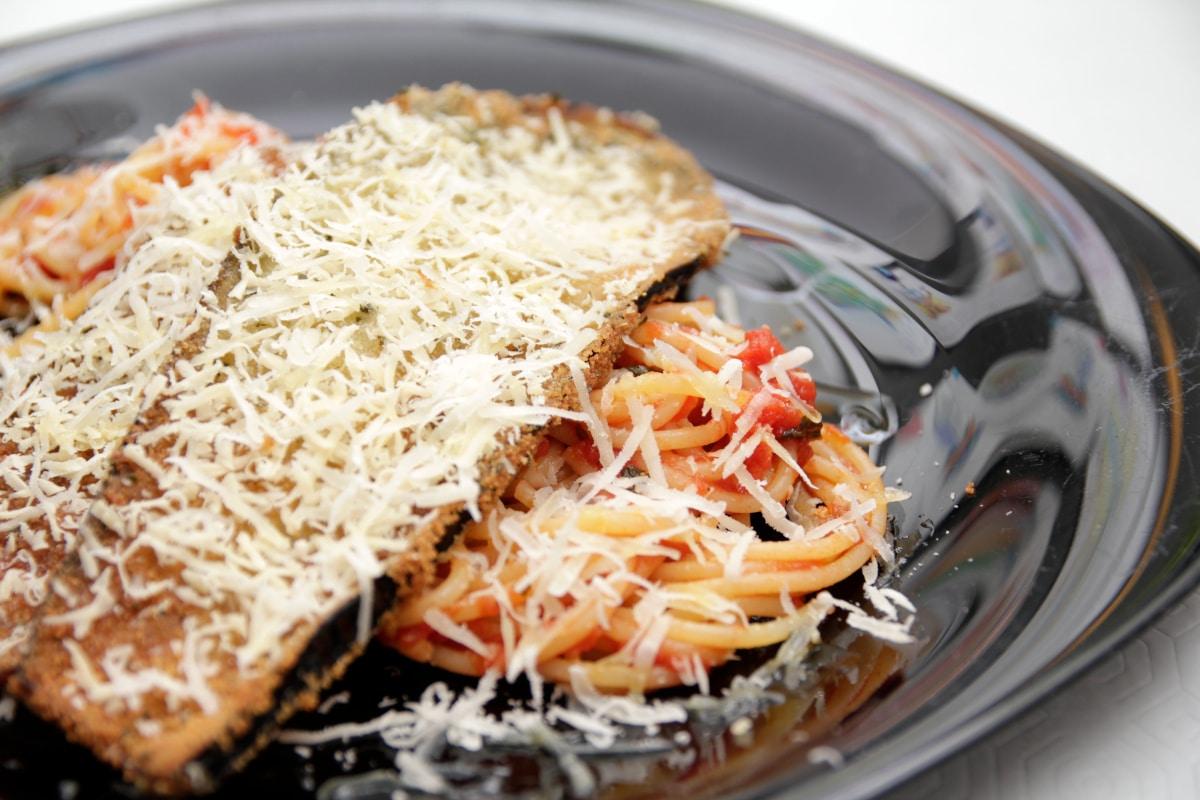 Berenjenas a la milanesa con espaguetis con tomate