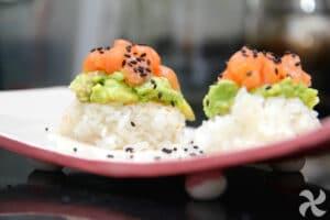 Tartar de salmón sobre arroz crujiente