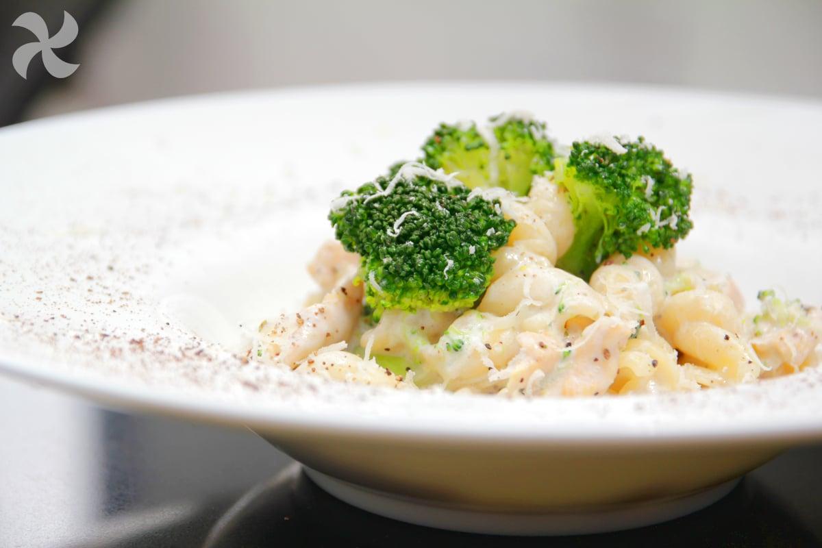 Fusili con pollo y brócoli en salsa cremosa