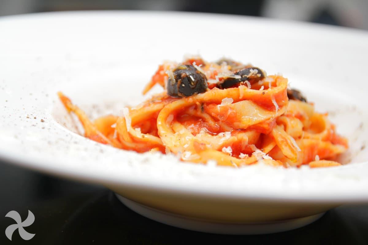 Tallarines con salsa de tomate, anchoas y aceitunas negras
