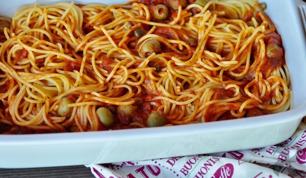 Salsa de tomate, alcaparras y aceitunas