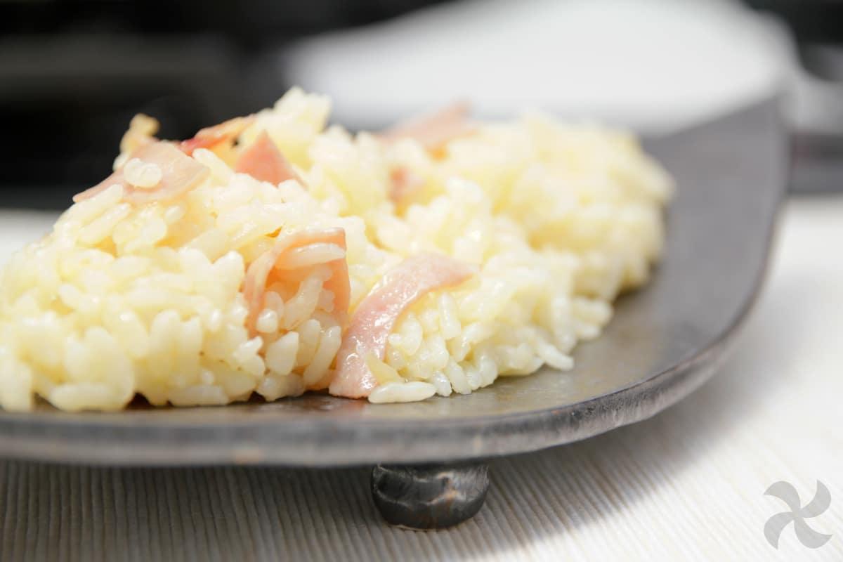 Arroz blanco de guarnición con jamón york, cebolla dulce y limón