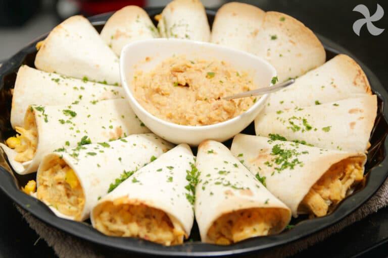 Rosquilla de quesadillas con pollo chipotle y salsa de cacahuete