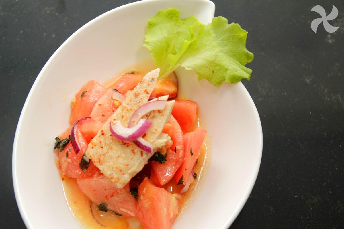 Ensalada de tomate con aliño de jengibre y hierbabuena
