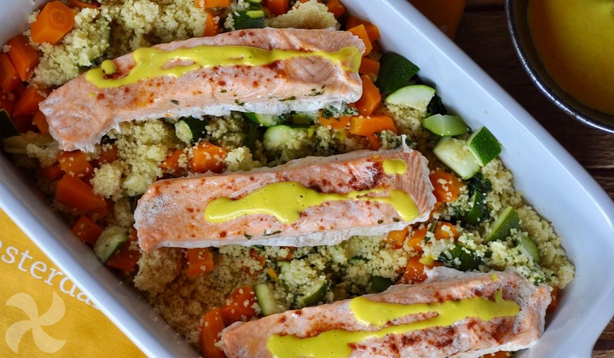 Cuscús con verduras, salmón y salsa de cúrcuma