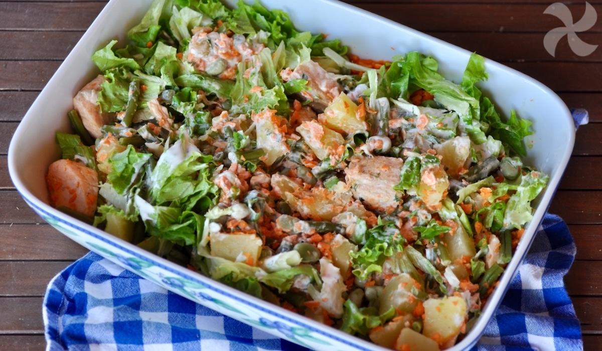 Ensalada de patata, salmón y zanahoria